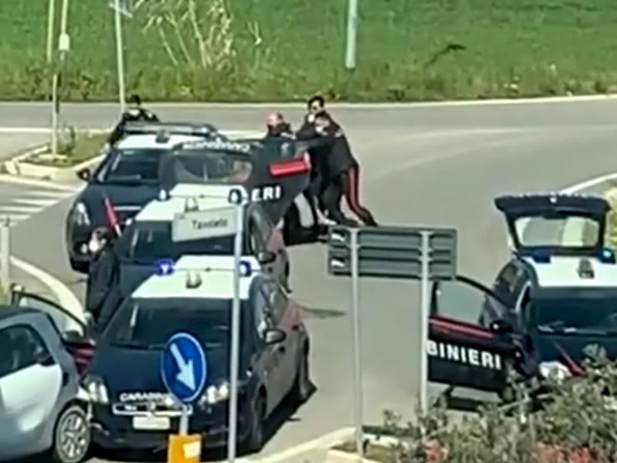 """Coronavirus, forza blocco stradale e grida """"sono positivo"""": 32enne arrestato a Misano VIDEO"""