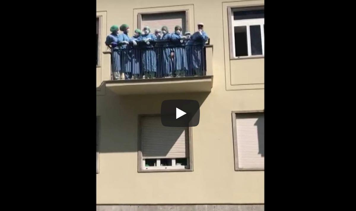 Monza, tutti guariti e dimessi: chiude il reparto Covid. Medici e infermieri esultano sul balcone VIDEO