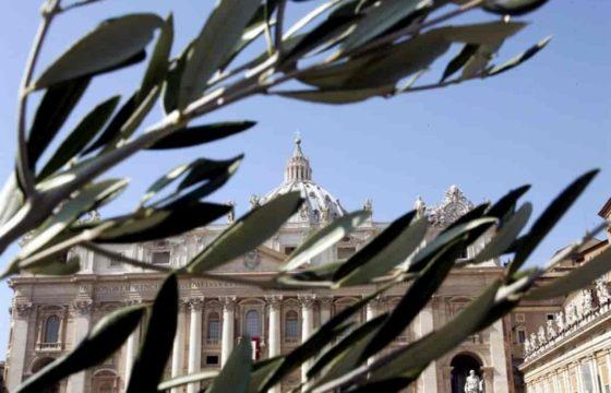 Un ramo dal balcone. Giovanni Valentini propone un segno di pace