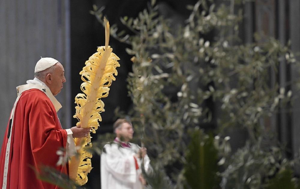 "Coronavirus, Papa Francesco nella basilica deserta: ""Guardate ai veri eroi"""