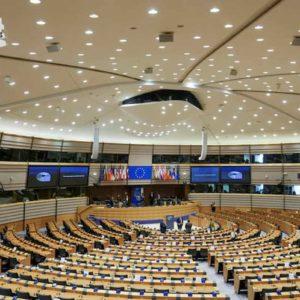 Coronavirus, Parlamento Ue approva le misure anti-crisi: sì a recovery bond, apertura all'uso del Mes