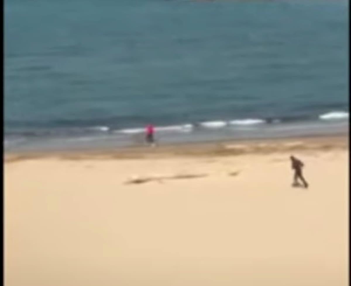 Pescara, runner sulla spiaggia fugge al finanziere. Fermato dal collega VIDEO