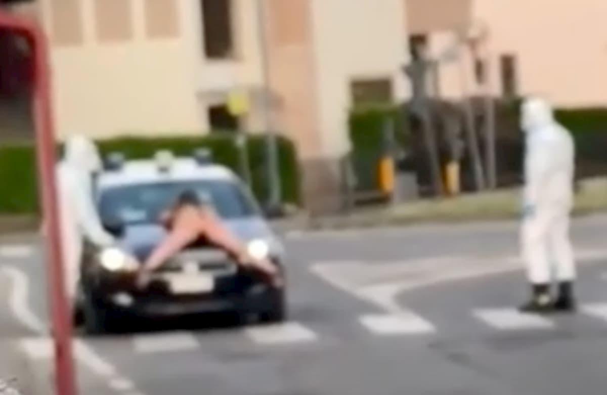 Borgotrebbia (Piacenza), donna senza vestiti si sdraia sul cofano dell'auto dei carabinieri