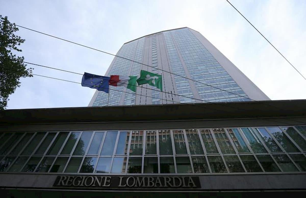 """Milano, mamma minaccia di accoltellarsi al Pirellone: """"Vivo in auto con mio figlio, voglio una casa"""""""