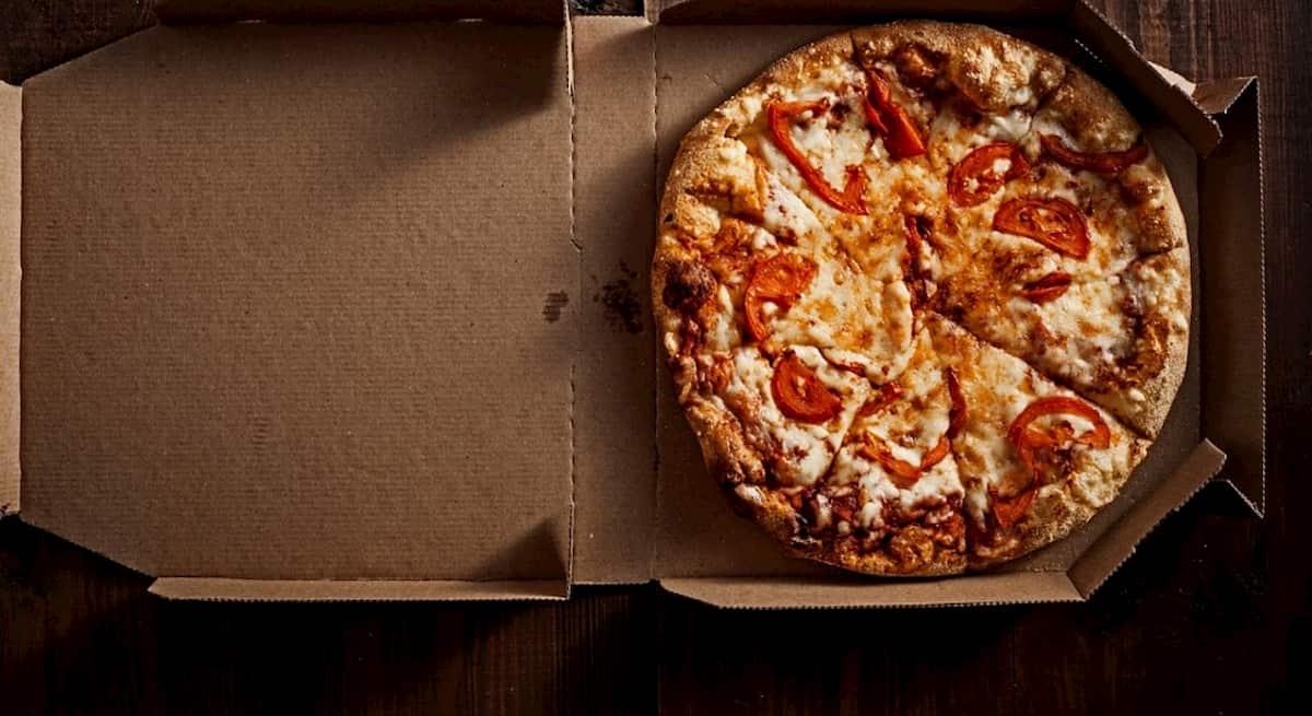 Napoli, da lunedì 27 aprile via libera alle pizze a domicilio