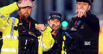 """Coronavirus """"arma"""" dei criminali: nel Regno Unito sputano in faccia ai poliziotti durante l'arresto"""