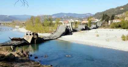 Albiano Magra, ponte crolla sulla strada provinciale 70: due furgoni precipitati, ma nessuno morto