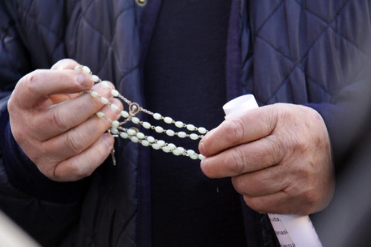Soncino prete dice messa ed entrano carabinieri: rifiuta di fermarsi