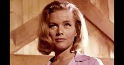 Honor Blackman, la Bond girl di Goldfinger, è morta. Pussy Galore aveva 94 anni