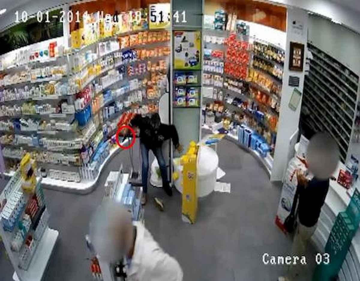 Torino, richiedente asilo sventa rapina in farmacia. I parenti del ladro gli fanno un occhio nero