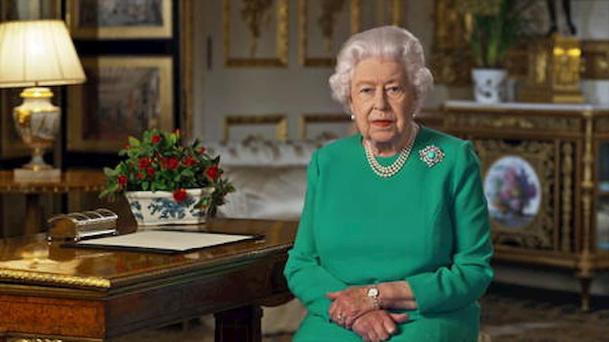 La Regina Elisabetta e il codice segreto della borsetta