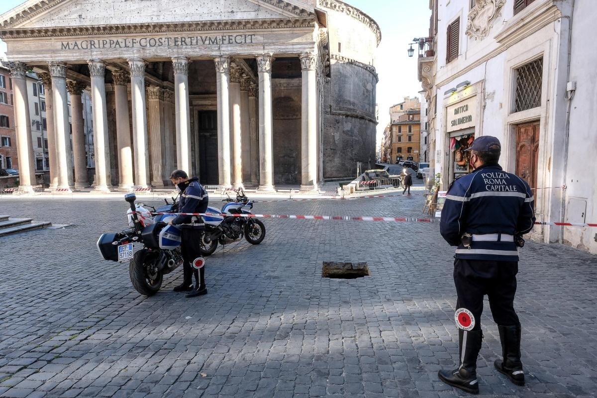 Roma voragine si apre nella piazza del Pantheon: la foto