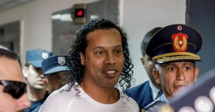 Ronaldinho paga 1.6 milioni di dollari per uscire dal carcere ma resta ai domiciliari