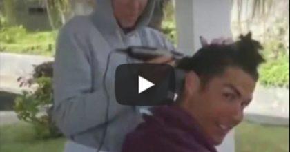 Cristiano Ronaldo si fa tagliare i capelli da Giorgina