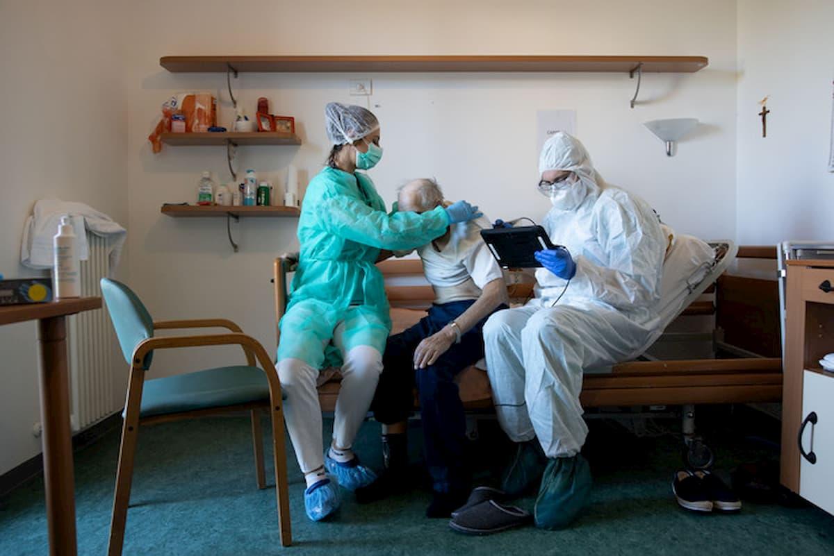 Case di riposo: 7mila morti, 40% Covid. Chi gli ha aperto la porta? Medici, infermieri, parenti...