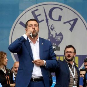 Matteo Salvini e le chiese aperte a Pasqua. Il fronte del No: politici, preti, social, Fiorello...