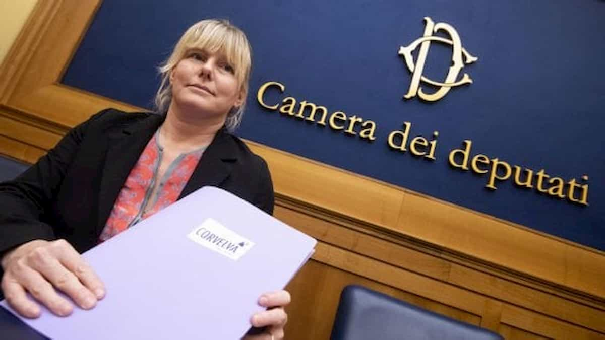 Sara Cunial (Ex M5s): in giro per interrogare il governo (a Ostia, a Pasqua?). E non vaccinatevi mai