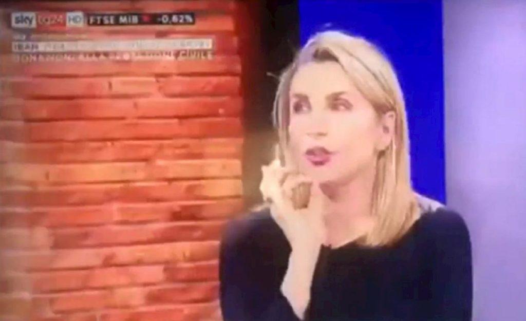 Sky Tg24, la giornalista non trova gli occhiali2