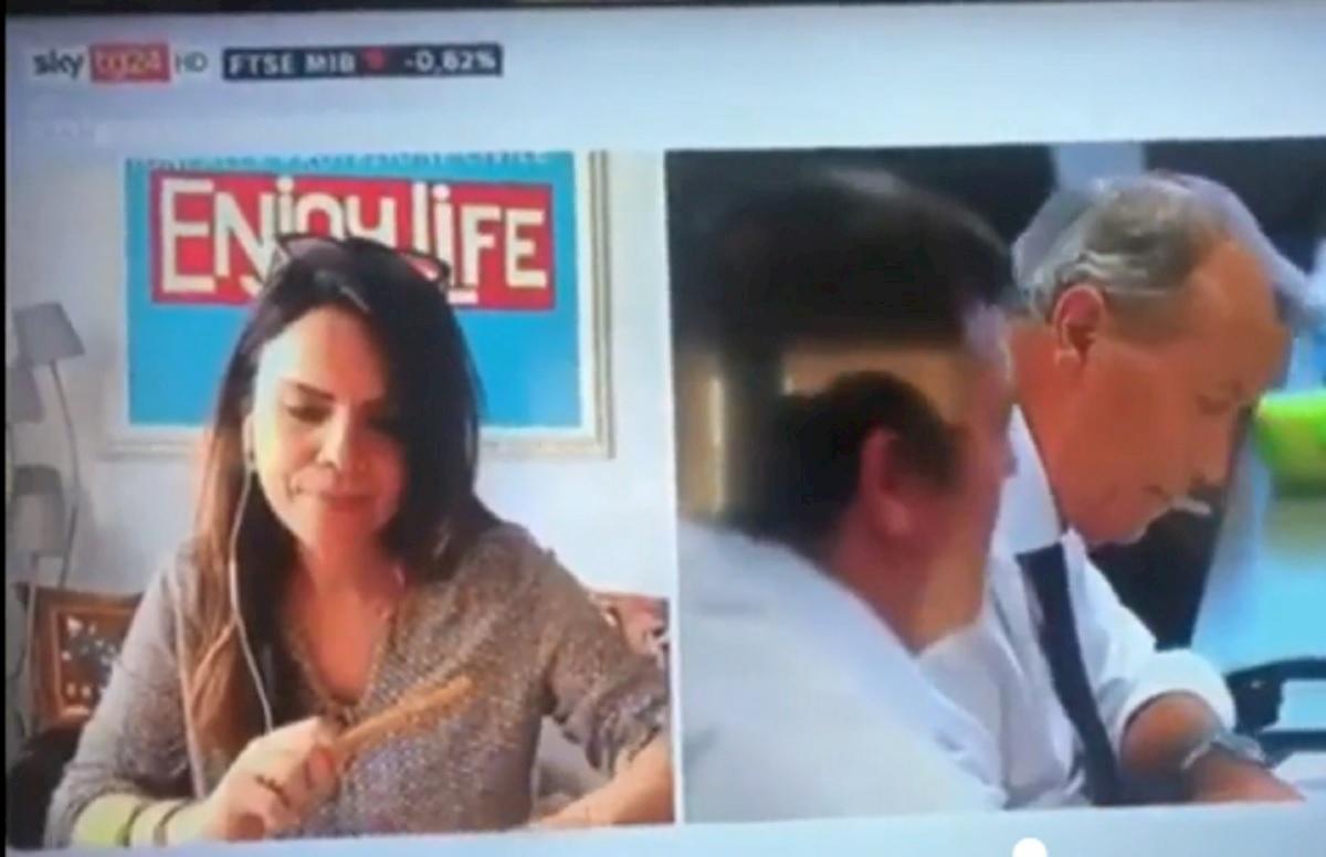 Sky Tg24, la giornalista non trova gli occhiali