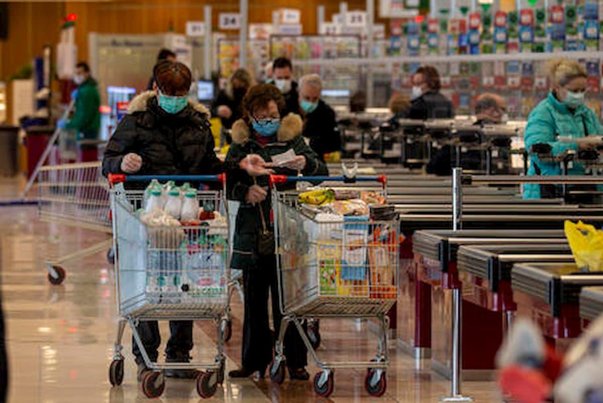 """Coronavirus, la proposta della Lega in Lombardia: """"Spesa minima di 30 euro. Troppi anziani si fanno giretti al supermercato"""""""