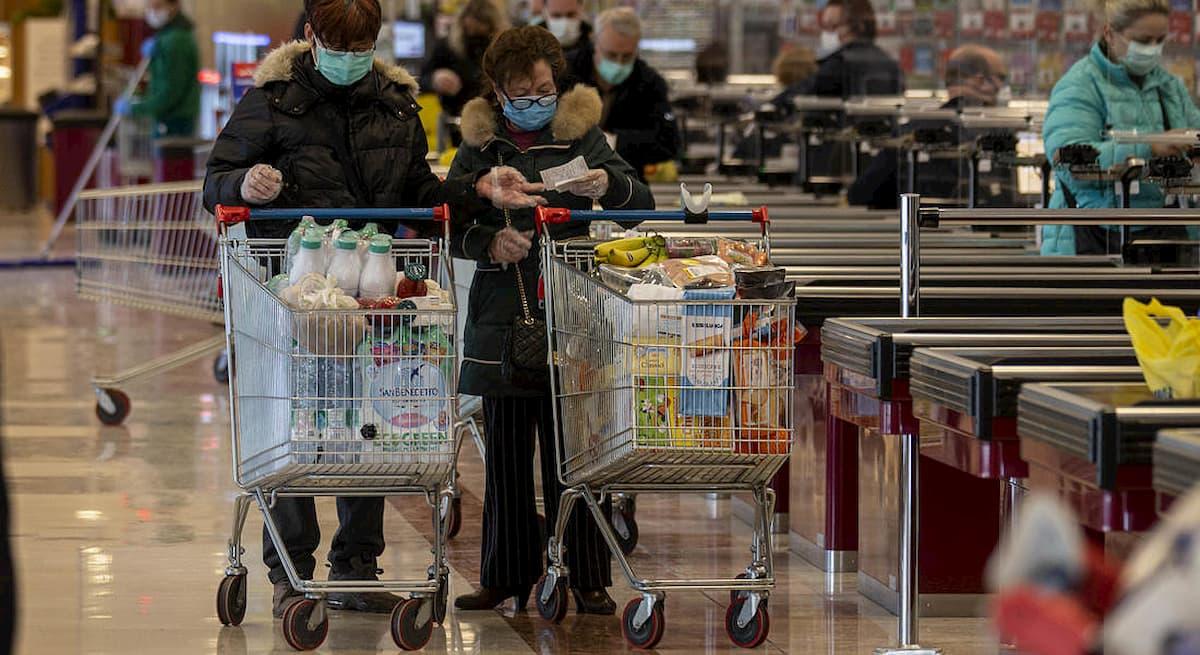 Coronavirus, su Facebook istigava al saccheggio di un supermercato: denunciato