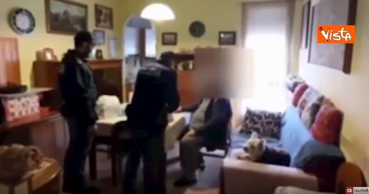 Coronavirus, a Torino anziano non ha soldi per mangiare: Polizia gli porta la spesa a casa