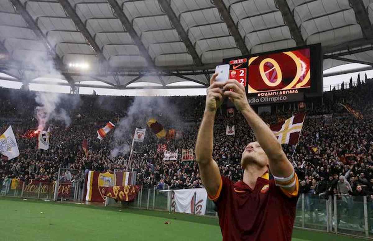 Coronavirus, Roma-Lazio: dal selfie di Totti al gol di Lulic, foto in vendita per aiutare lo Spallanzani