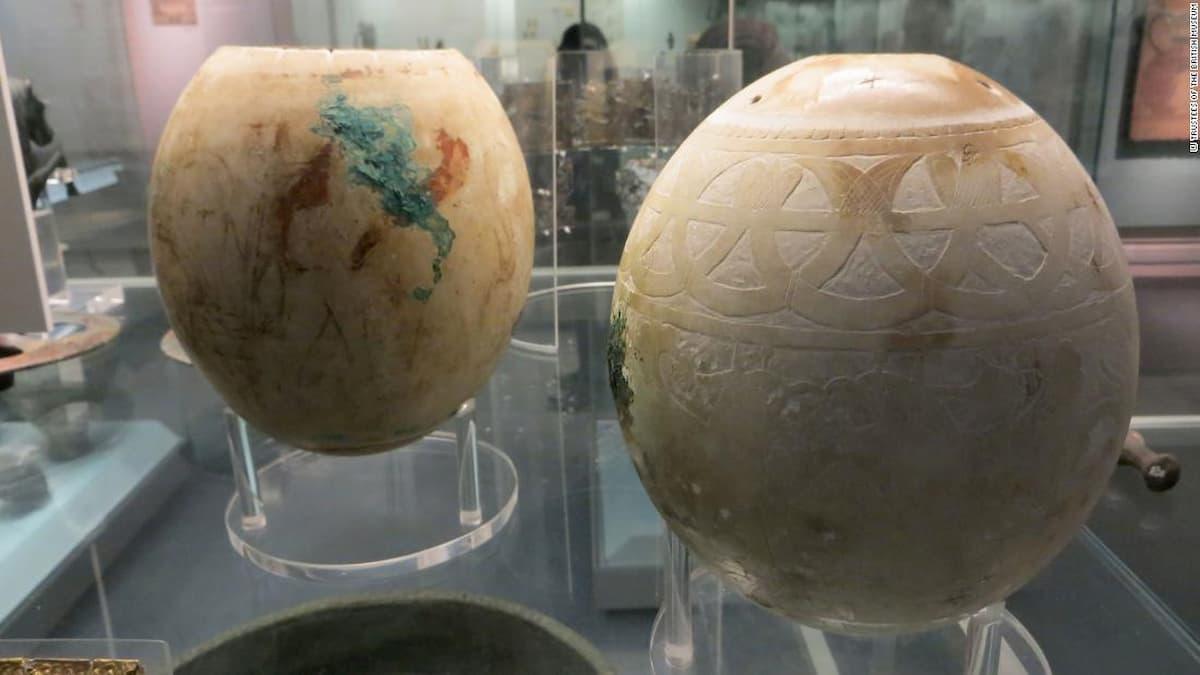 Il mistero delle antiche uova di struzzo decorate potrebbe finalmente rompersi
