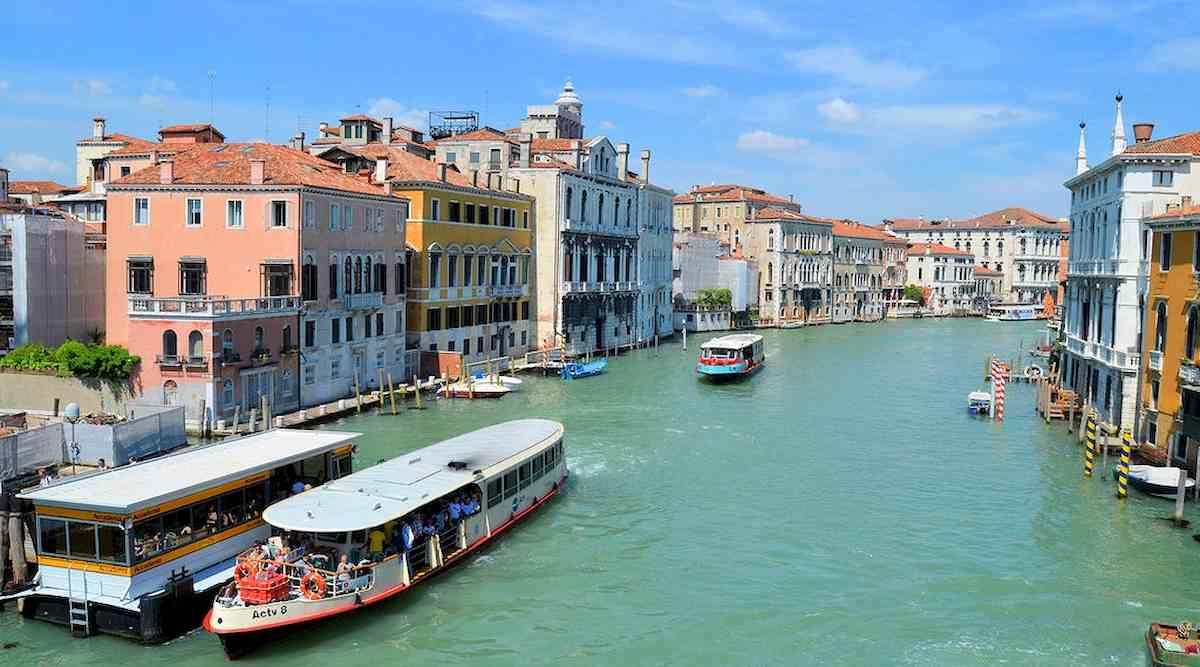 Venezia, cadono dal traghetto: annegate due donne in Laguna