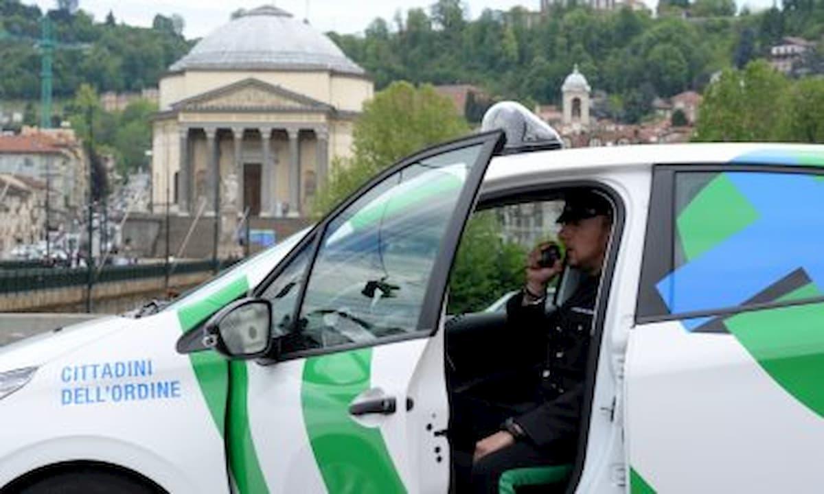 Coronavirus, a Torino vigilantes fermato mentre corre in auto per sventare un furto