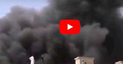 Aereo precipita in Pakistan: la colonna di fumo tra le case nel luogo dello schianto VIDEO