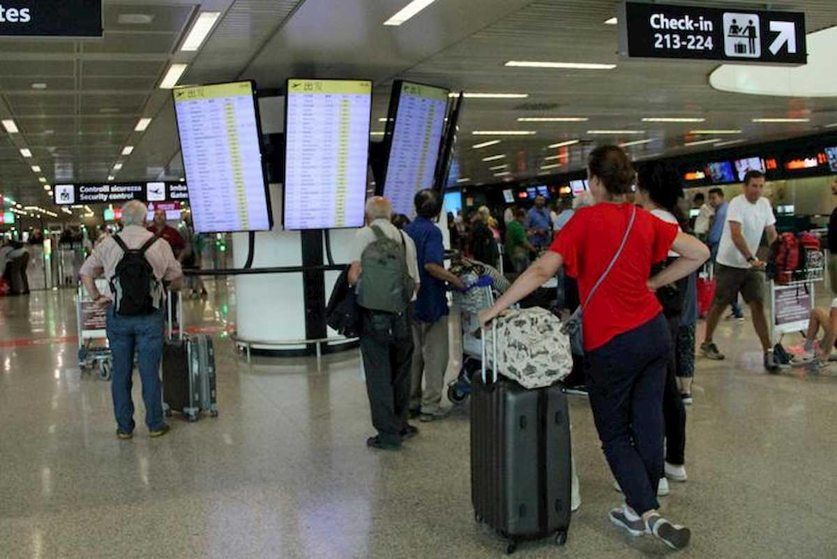 Voli aerei cancellati, ora anche rimborso dei biglietti oltre al voucher. Antitrust non sanziona
