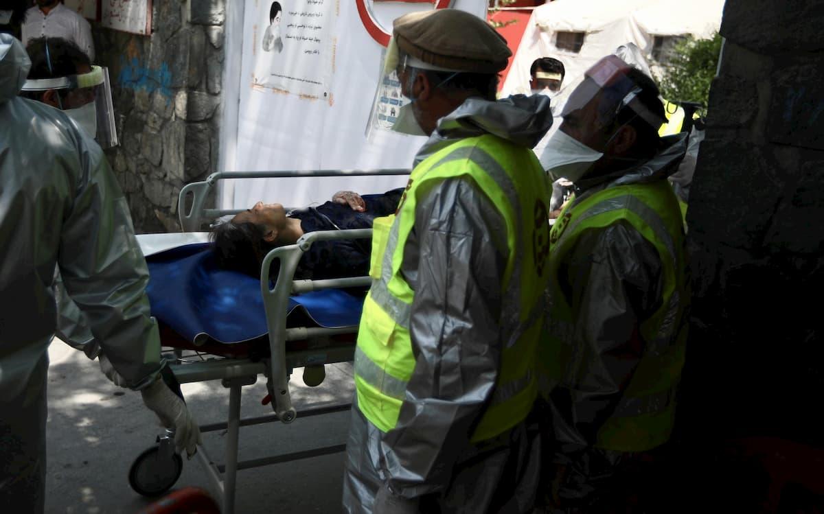 Afghanistan, doppio attentato: colpiti un ospedale a Kabul e un funerale a Jalalabad VIDEO