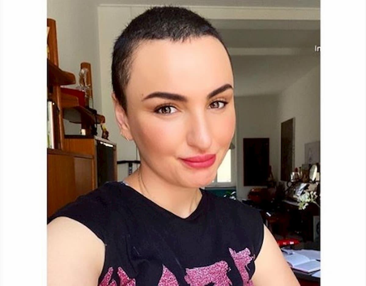 """Arisa senza parrucca su Instagram: """"Non sono come tu mi vuoi"""""""