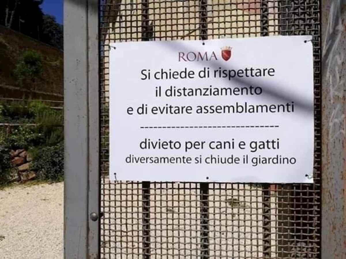 """Roma, il cartello del Comune al parco parla cinese come il virus: """"Vietati assemblamenti"""""""