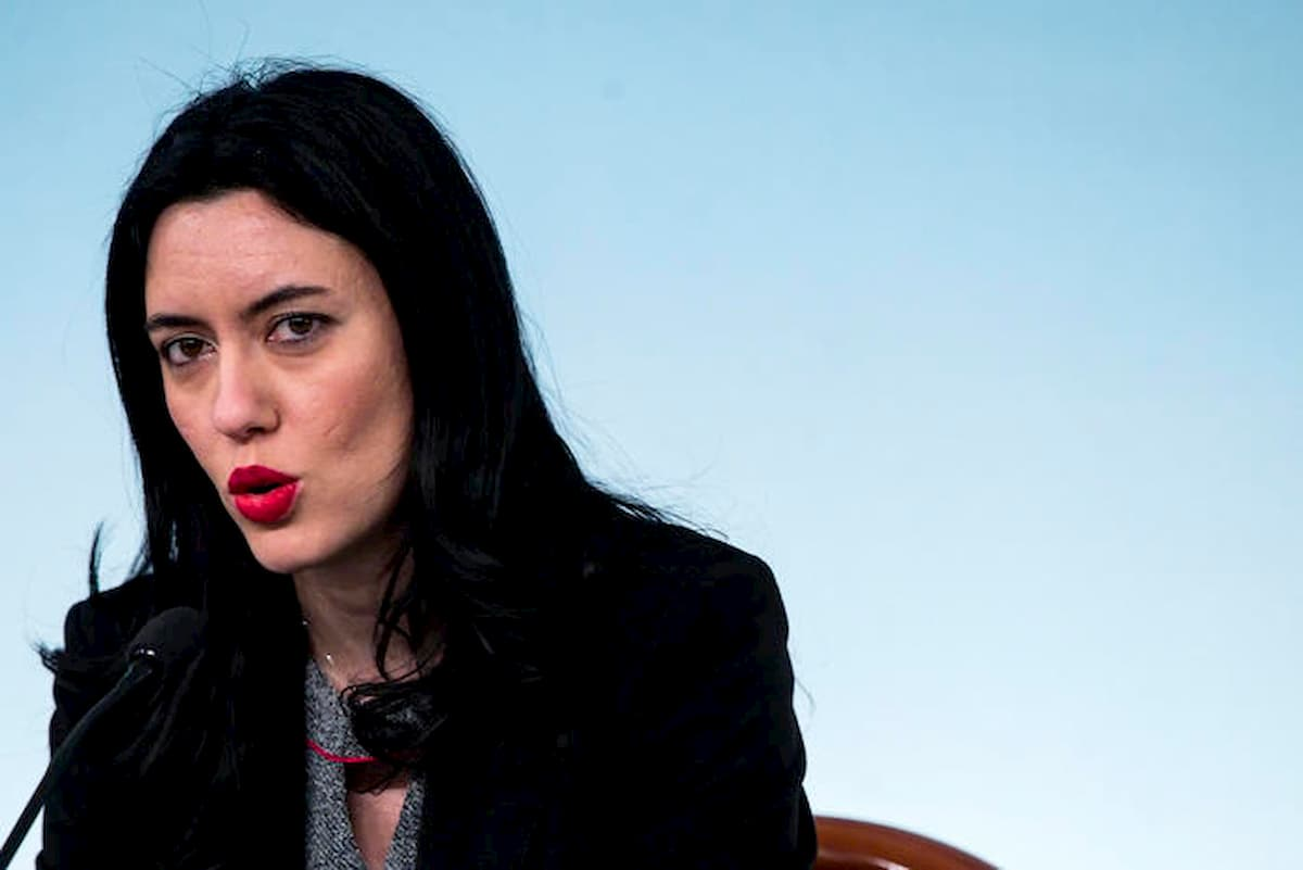 """""""Gli studenti non sono imbuti da riempire"""": ironia social sulla metafora del ministro Azzolina"""