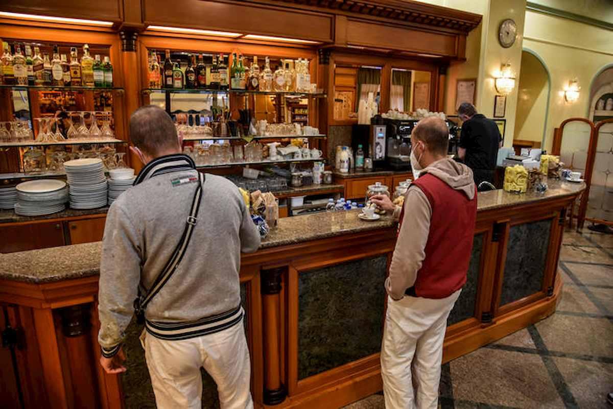 Fase 2 bis, riaprono i bar: a Roma e Milano torna il rito del caffè