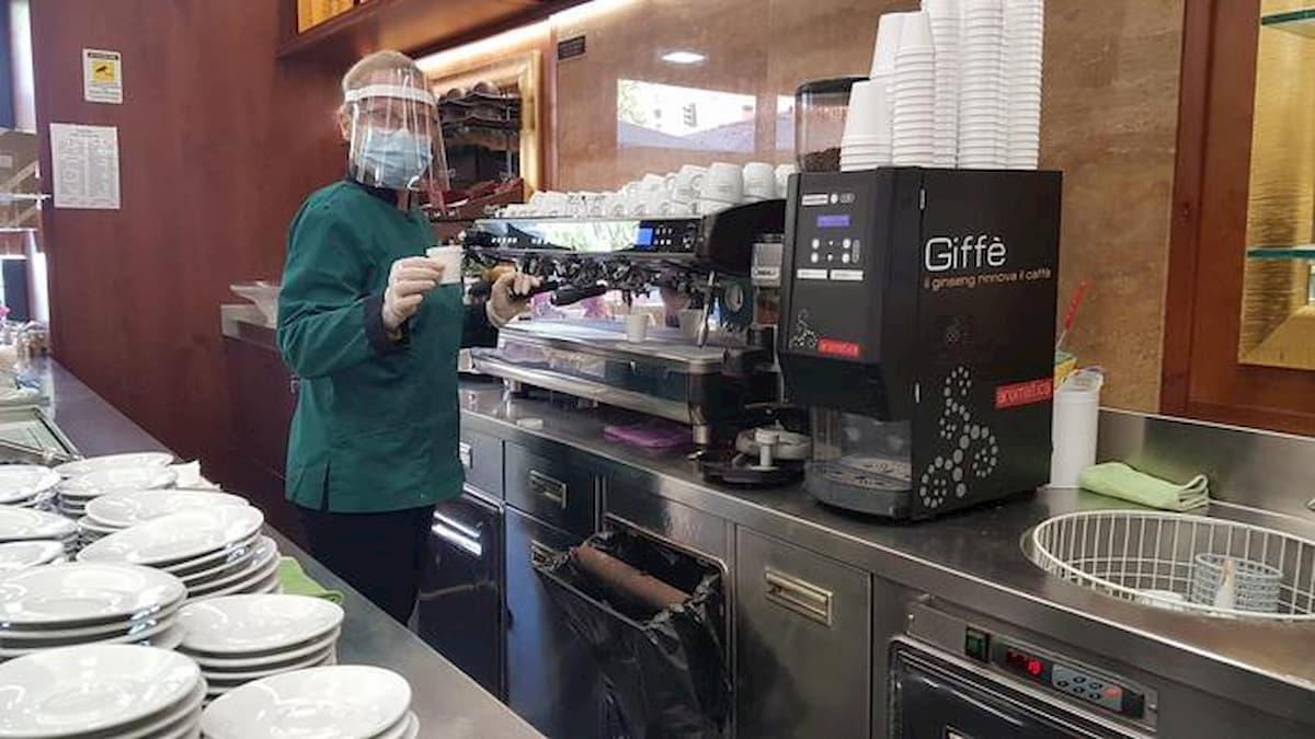 Caffè a due euro, taglio capelli (dritti) a 25... Fase 2, la riapertura presenta il conto