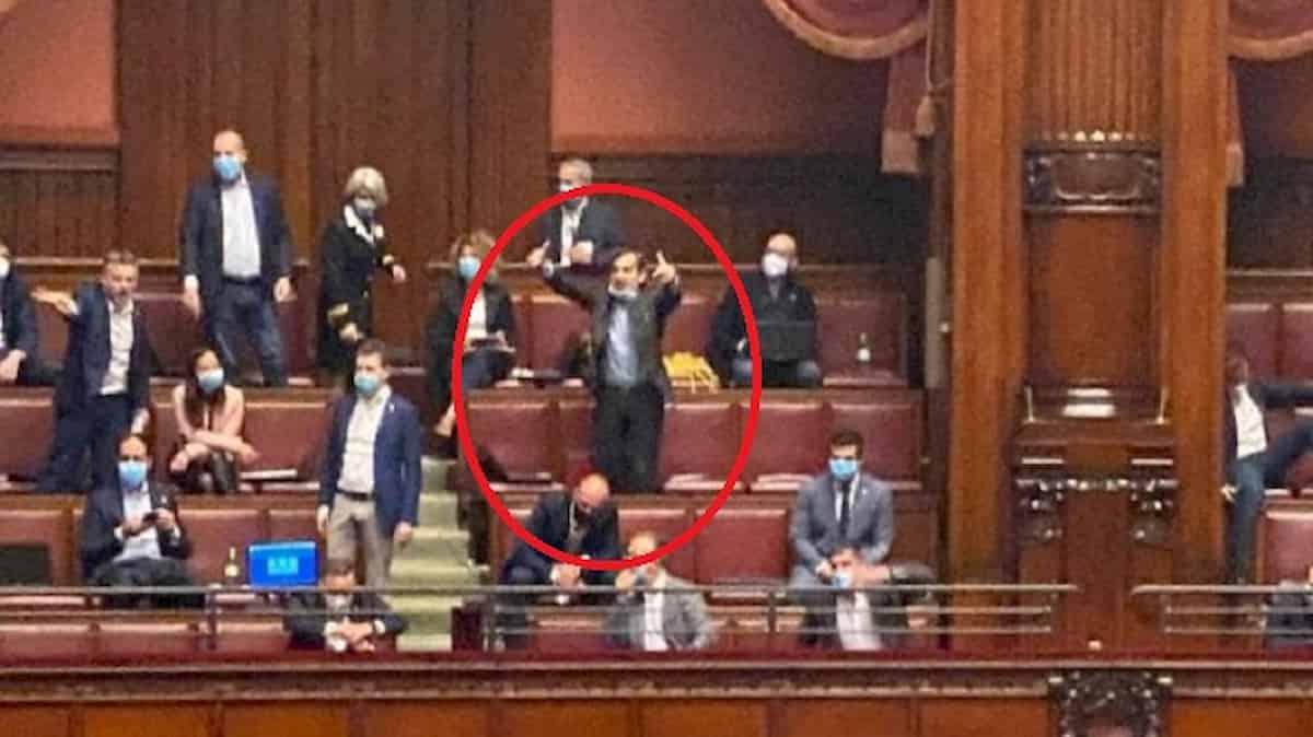 Daniele Belotti (Lega), gesto da stadio alla Camera contro il deputato M5s Currò FOTO