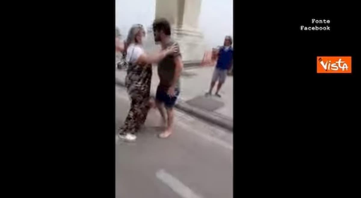 Rissa sfiorata sul lungomare di Napoli tra il consigliere regionale Borrelli e alcuni bagnanti abusivi VIDEO