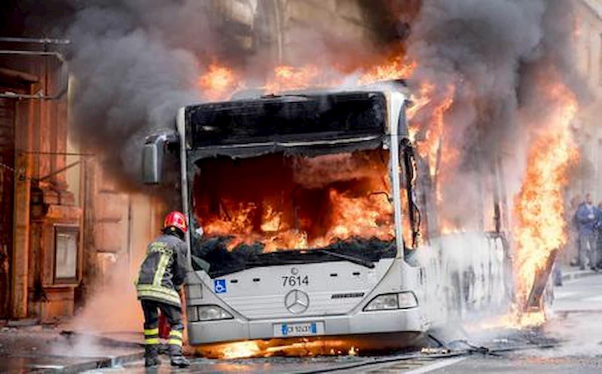Roma, autobus in fiamme in Galleria Giovanni XXIII: un automobilista intossicato