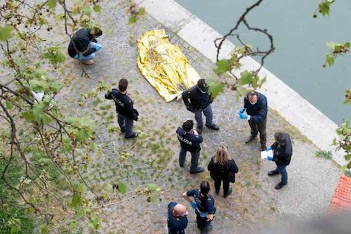 Roma, trovato cadavere nel Tevere in pieno centro: il corpo trasportato dalla corrente