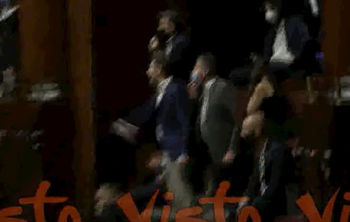 Deputati di Lega e Fdi si tolgono la mascherina: bagarre alla Camera VIDEO
