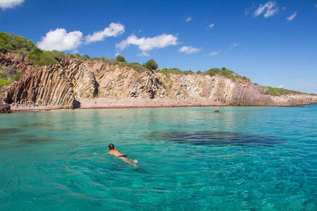 Sardegna: in spiaggia sì, ma il tuffo no? L'ordinanza non chiarisce sul bagno al mare