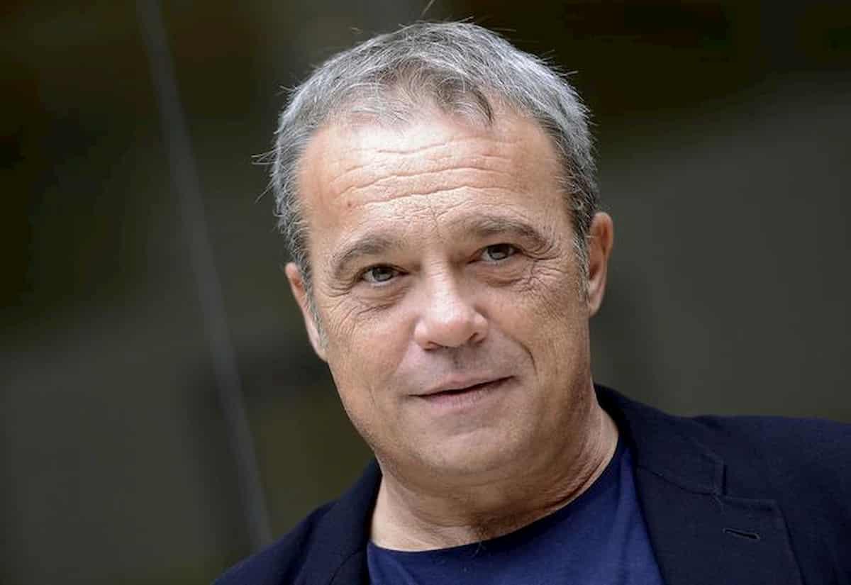 """Claudio Amendola da Francesca Fialdini a Da noi a ruota libera: """"Sono un dilettante rispetto a Gigi D'Alessio"""""""
