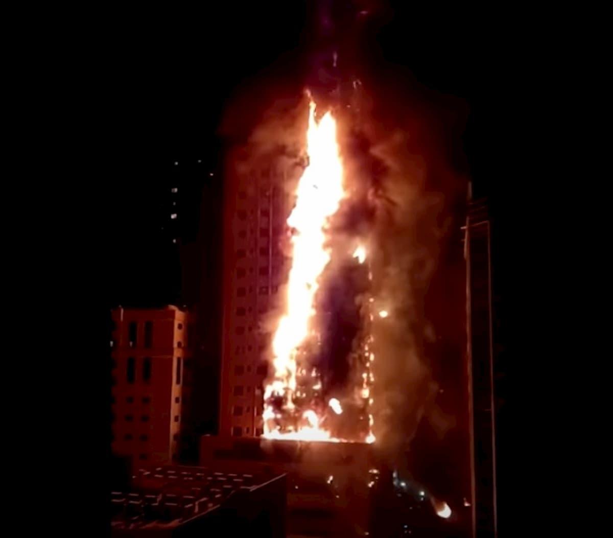 Emirati Arabi, incendio in un grattacielo residenziale a Sharjah VIDEO