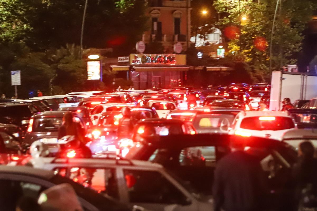 Fase 2 Napoli, assembramenti in strada. Giovani minacciano fotoreporter