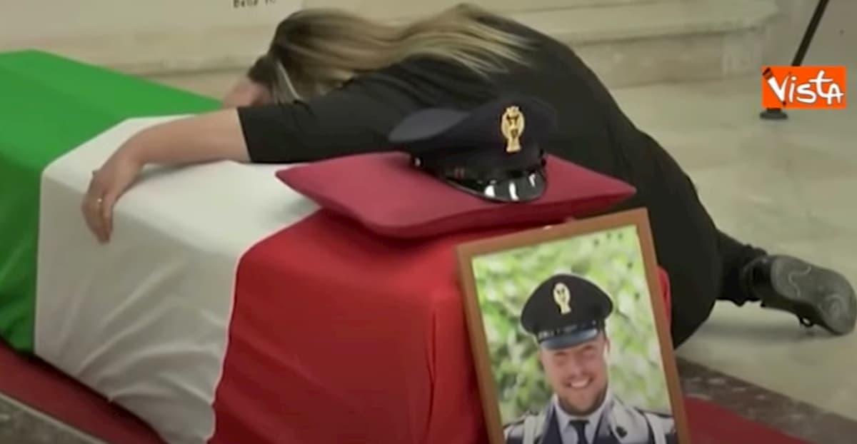 Pasquale Apicella, ai funerali lo strazio della moglie abbracciata alla bara VIDEO