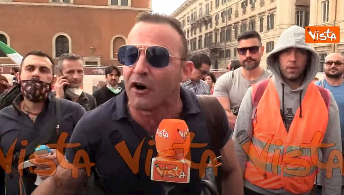 """Gilet arancioni a Roma: """"Il coronavirus è un bluff della finanza mondiale"""" VIDEO"""