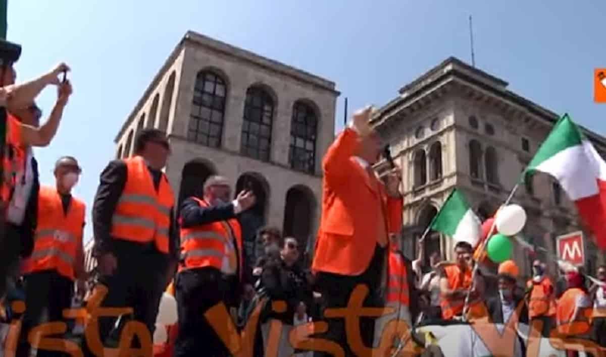 Gilet arancioni a Milano, manifestazione senza distanziamento: slogan contro mascherine e vaccini VIDEO